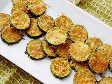 Serowe chipsy z cukinii  Nagrzej piekarnik do 230 stopniii Celsjusza, ułuż na...