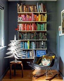 książki kolorystycznie poukładane