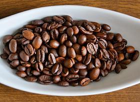 Kawa na włosy? Czemu nie! Kawa jest dobrze znana w naturalnej pielęgnacji włosów. Dobrze wpływa na kondycję naszych włosów. Kofeina zawarta w kawie pobudza włosy do wzrostu i dodaje im energii. Płukanka z kawy sprawia, że włosy stają się miękkie, błyszczące i są bardziej zdyscyplinowane, przez co łatwiej się układają.  Aby przygotować płukankę z kawy przygotuj: kawę zieloną kubek papierowy filtr woda Jak przygotować płukankę z kawy na włosy? 2 łyżeczki zmielonej kawy wsypujemy do kubka i zalewamy wrzątkiem. Zaparzoną kawę przelewamy przez filtr. Do miski wlewamy litr wody i dolewamy przefiltrowaną kawę. Powstałą płukanką polewamy kilkukrotnie włosy od nasady po same końce. Użyj dużej miski, tak abyś mogła polać włosy kilkukrotnie. Płukankę można przytrzymać na włosach kilka minut. Następnie spłukujemy włosy letnią wodą.