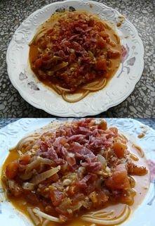 Spaghetti, czyli makaron pełnoziarnisty + sos pomidorowy + mozzarella (dlatego, tak dużo sosu wyszło) + wcześniej pokrojona w kostkę i podsmażona szynka serrano.