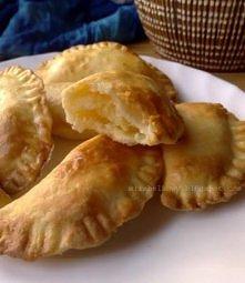 Filipińskie pierożki kokosowe   2 szklanki mąki pszennej, 100g zimnego masła, 3 łyżki kwaśnej gęstej śmietany, szczypta soli, 1/2 łyżeczki proszku do pieczenia nadzienie: 1 i ¼ ...