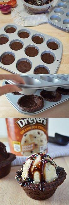 pieczemy muffiny. ciasto na muffiny i 2 tacki do pieczenia muffinów . do jednej tacki kładziemy ciasto do połowy i na to kładziemy drugą tackę i pieczemy w piekarniku według rec...