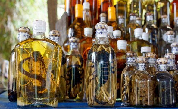 Węże i skorpiony w winie (Azja)  Azjatyckie węże i skorpiony bardzo często umieszczane są w butelkach z winem ryżowym. Po kilku miesiącach fermentacji, jad zostaje zneutralizowany, a wino nadaje się do spożycia. Postrzegane jest za jedno z najsilniejszych afrodyzjaków świata. Spożywane jest w stanie czystym albo wchodzi w skład nalewki z wina ryżowego. W butelce zwykle pływa wąż we własnej osobie, a wino ma od jego krwi delikatnie różowe zabarwienie i wedle wszelkich relacji posiada właściwości lecznicz