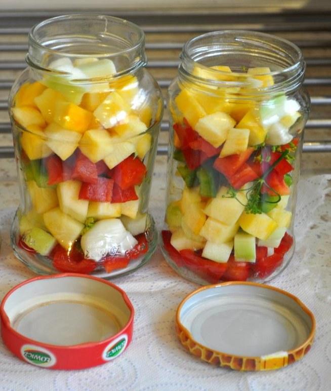 Cukinia do słoika Pyszna sałatka dla miłośników cukinii, curry i kurkumy :) *Składniki* około 6 cienkich cukinii (najlepiej jeśli cukinie mają malutkie pestki) 2 papryki (jedna czerwona, druga żółta) Zalewa: 250 ml octu 1 litr wody 1 łyżeczka kurkumy 3 łyżeczki curry 0,5 kg cukru *Przygotowanie* Cukinie obieramy i kroimy w kostkę ok. 3cm. Z papryki wydrążamy środek, wyciągamy pestki i również kroimy w taką samą kostkę. W słoiczkach układamy cukinię, w połowie kilka kawałków papryki, następnie znów cukinię i na wierzch paprykę. Następnie przygotowujemy zalewę. Wodę z octem, cukrem i przyprawami zagotowujemy i zalewamy słoiczki. Następnie mocno zakręcamy i pasteryzujemy przez 20 minut. Gotowe! :)
