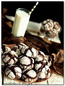 - 200 g czekolady deserowej   - 110g masła  - 2/3 szklanki cukru  - 3 duże jajka  - 2 łyżeczki ekstraktu z wanilii  - 1/2 łyżeczki proszku do pieczenia  - szczypta soli  - 1 2/3...