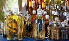 Węże i skorpiony w winie (Azja)  Azjatyckie węże i skorpiony bardzo często umieszczane są w butelkach z winem ryżowym. Po kilku miesiącach fermentacji, jad zostaje zneutralizowa...