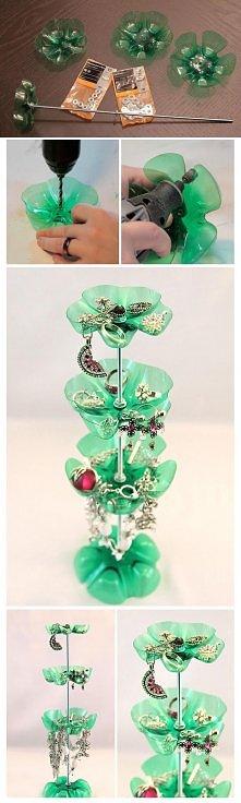 Stojak na biżuterie z butelek plastikowych