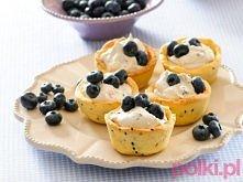 Babeczki z kremem borówkowym  Na ciasto: 25 dag mąki  12,5 dag masła  4 łyżki cukru pudru  2 łyżki soku z pomarańczy  żółtko  szczypta proszku do pieczenia łyżka czarnego sezamu...