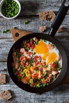 Pomysł na sycące śniadanie lub kolację! Na obiad również idealna opcja i co ważniejsze - szybka i łatwa w przygotowaniu.  Składniki: dla 1 osoby  2 jajka 1 średni pomidor 3-4 ły...