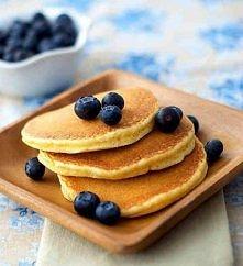 Składniki: -3 jajka -1/2 szklanki mąki pszennej -1 łyżeczkę proszku do pieczenia -delikatnie ponad 1/2 szklanki mleka -szczypta soli -jogurt naturalny  Przepis:  Oddzielić żółtk...