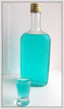 Iceówka, znana również jako smerfna wódka   Składniki:  Wersja 1. (u nas najczęściej przyrządzana) 2-3 opakowania cukierków lodowych(około 300 gram powinno ich być) - muszą być ...