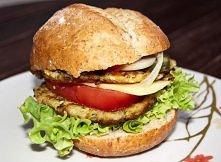 Wegańskie burgery z cukinii Składniki: cukinia mąka pszenna – około 3 płaskich łyżek na 0,5 kg cukinii mąka z ciecierzycy - około 3 płaskich łyżek na 0,5 kg cukinii olej do smaż...
