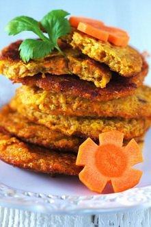 Składniki na placki marchewkowe (ok 4-8 porcji): 1kg marchewki 1 duża cebula 2 jajka ok 8-10 łyżek mąki pszennej ok 1 łyżeczka soli 1 łyżeczka pieprzu Obrane marchewki zetrzyj n...
