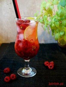 MOJITO Z MALINAMI  Składniki: ◾40 ml rumu ◾pół limonki + plasterek do dekoracji ◾2 łyżeczki brązowego cukru ◾8-10 listków mięty ◾garść malin + 2-3 do dekoracji ◾kilka kostek lod...