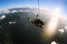 skok ze spadochronem :) coś pięknego!!! wczoraj właśnie skoczyłam pierwszy raz na swoje urodziny:) za rok znowu skacze :) POLECAM!!!