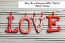 Ręcznie wykonany napis LOVE w kolorze czerwono-białym, każda literka uszyta z innego materiału z zastosowaniem antyalergicznego wypełnienia.