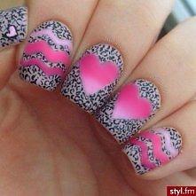Paznokcie w szarą panterkę z różowymi sercami i falami