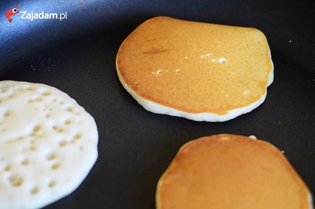 Pancakes, czyli amerykańsie placki ala Nigella Lawson  Potrzebne składniki:  200 g mąki pszennej łyżeczka proszku do pieczenia 1/4 łyżeczki sody oczyszczonej 1/3 łyżeczki soli dwie łyżki cukru jedno jajko szklanka mleka łyżka stopionego masła dodatki: np. miód, syrop klonowy, konfitura, … Przygotowanie pancakes'ów  Wszystkie sypkie składniki mieszam w misce, a następnie dodaję jajko, mleko i masło, i wyrabiam masę trzepaczką lub mikserem aż do uzyskania jednolitej masy. Na dużej patelni (niezbyt mocno rozgrzanej) rozlewam niewielkie porcje masy, tak aby uformowały się z niej placki o średnicy ok. 7 cm. Kiedy na cieście pojawi się duża ilość pęcherzyków powietrza (patrz zdjęcie), przewracam placek na drugą stronę – jego kolor powinien być złoto-brązowy. Pancakes'y podaję z różnymi dodatkami. Najlepiej smakują zaraz po usmażeniu. Przepis pochodzi z zajadam.pl