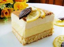 Ciasto cytrynowe z kremem budyniowym i pianką.