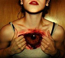 oko tatuaż na klatce piersiowej