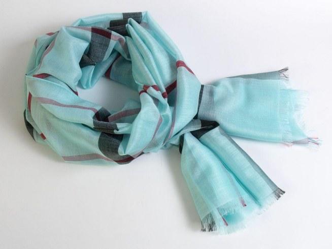 Piękny szal w kratę w kolorze turkusowym z dodatkiem jedwabiu.