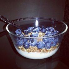 Pomysł na fit-śniadanie: jogurt naturalny, domowa granola według przepisu Ewy Chodakowskiej i ulubione bądź sezonowe owoce. Pycha! <3 mogę jeść codziennie!