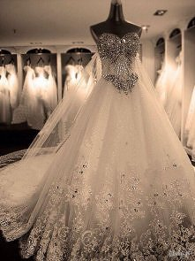 Suknia ślubna na bogato.