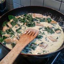 Mój sposób na udany, smaczny i zdrowy obiad! Składniki: pierś z kurczaka paczka świeżego szpinaku makaron najlepiej rurki śmietana duża 18% oregano, sól, pieprz, gałka muszkatoł...