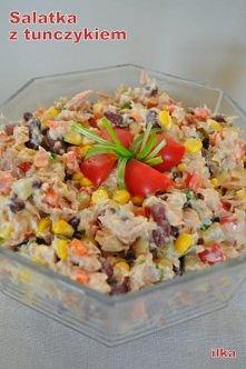 Prosta, bajecznie kolorowa sałatka z tuńczykiem. Dodam jeszcze, że bardzo sma...