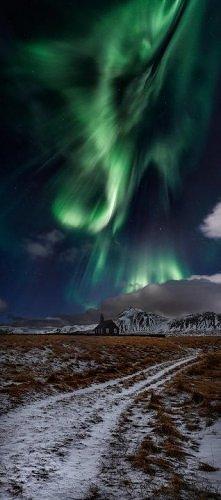 czarny kościół w Budir na półwyspie Snaefellsness na Islandii i zorza polarna.