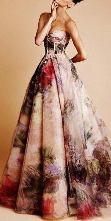 Urocza suknia.