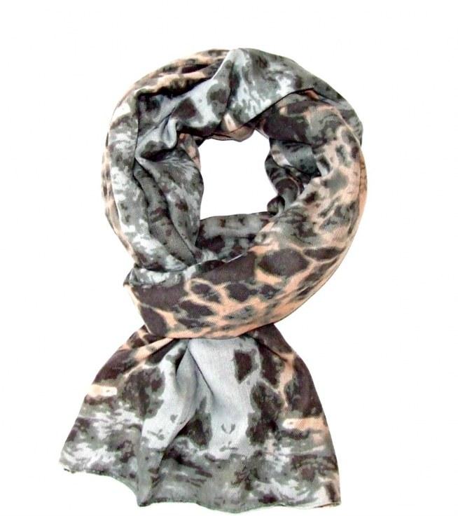 Piękny szal z miękkiego materiału w tonacji szarej z jasnoróżowymi elementami. Idealny na jesień i zimę!