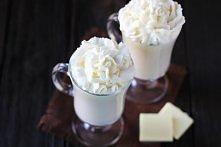 HOT WHITE CHOCOLATE: 4 szklanki mleka/ 1 szklanka pokrojonej białej czekolady lub dropsów/ 1 łyżeczka waniliowego estraktu - Do garnka wlej mleko. Kiedy będzie gorące dodaj biał...