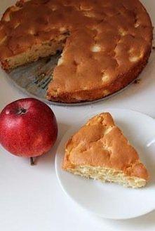 puszyste ciacho jogurtowe z jabłkiem :)  mało kaloryczne, można jeść bez nawet w większych ilościach ;)   Składniki (tortownica 26 cm): 2 duże jabłka (u mnie słodkie) 1/3 szklan...