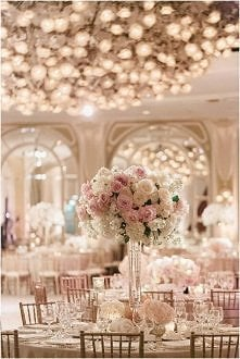 Piękny stół na sali weselnej