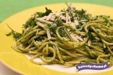 """Przepis na pesto z makaronem.  Pesto, to włoski sos, zazwyczaj jadany z makaronem, bądź na grzankach. Podany przepis jest na """"pesto zielone"""", zwane także liguryjskim, ..."""