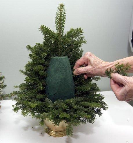 a tu proszę fajny pomysł na małą, półżywą;)choinkę chociaż do świąt jeszcze daleko:)