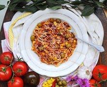 Spaghetti w sosie pomidorowym z oliwkami (4 osoby) Szybko i studencko - to lu...