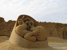 w piasku rzeżbione