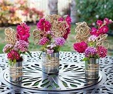 Kwiaty z metalem. Surowość i delikatność.