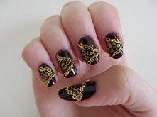 Czarno złote paznokcie ze złotymi łańcuszkami