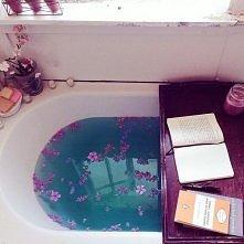 Aromatyczna kąpiel a do tego dobra książka ;)