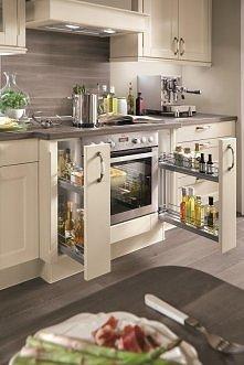 Sprytne szafki na przyprawy pozwolą zaoszczędzić miejsce w kuchni. Kuchnia Lucca (Atrii)