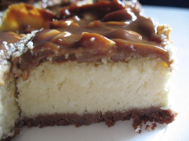Sernik z masą krówkową i orzechami   spód: 60g masła 200g herbatników ( u mnie kakaowe) ciastka pokruszyć, wymieszać z masłem wyłożyć na spód blachy lekko dodusić do spodu.  Ser: 1 kostka margaryny 1,30 kg sera ( zwykły twarogowy nie zmielony) 5 żółtek 1 szklanka cukru 7 białek 1 budyń śmietankowy 1 cukier waniliowy  żółtka ubić z cukrem, dodać margarynę, ubić, dodać ser i budyń, wymieszać. białka ubić z cukrem waniliowym, drewnianą łyżką dodać do masy i delikatnie wymieszać. Masę wyłożyć delikatnie na pokruszone ciasteczka, piec 45 minut w 150st. ( z termoobiegiem)  Ponadto: masa krówkowa orzeszki ziemne solone  Masę krówkową podgrzać na parze wodnej i dodać orzeszki (po prostu lepiej będzie się ją rozkładać) Ja masę krówkową wykładałam na ciepły ser. I gotowe :)
