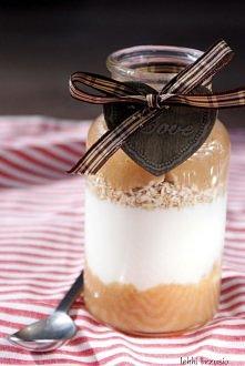 Deser rabarbarowy  Składniki (na 1 porcję): 3 łodygi rabarbaru 1 mały jogurt naturalny*** 2-3 łyżki otrębów owsianych***** 1 łyżeczka brązowego cukru  Przygotowanie: Rabarbar ob...