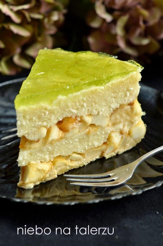 Ciasto z jabłkami bez pieczenia składniki ( na tortownicę 22 - 23 cm) : - 200 g dowolnych, zwykłych herbatników - 50 g stopionego masła - 1 kg twardych jabłek (u mnie antonówka) - trzy łyżki cukru - galaretka cytrynowa - 1 szklanka kaszy manny - 1 l mleka - 1/2 kostki masła 82% (100 g) - cztery duże, czubate łyżki cukru - 3 łyżki wiórków kokosowych na wierzch - galaretka agrestowa Herbatniki pokruszyć (ręką, przesypując ciastka do plastikowej torebki lub malakserem), dodać stopione masło, wymieszać. Dno i boki tortownicy wyłożyć arkuszem papieru do pieczenia. Wysypać herbatniki na spód, docisnąć łyżką tworząc równą warstwę. Galaretkę agrestową rozpuścić w 350 ml gorącej wody, ostudzić. Jabłka obrać, pokroić w kostkę. Zasypać cukrem, włożyć do rondelka i podgrzewać chwilę mieszając, aż lekko zmiękną. Zasypać proszkiem galaretki cytrynowej, wymieszać. Mleko zagotować z masłem, cukrem i wiórkami, dodać kaszę i mieszać do zgęstnienia. Na warstwę herbatników wyłożyć połowę jabłek z galaretką, następnie połowę kaszy, ponownie warstwę jabłek i znów warstwę kaszy. Jeśli galaretka agrestowa ma już na wpół stężałą konsystencję, zalać nią wierzch ciasta. Całość wstawić do lodówki, do całkowitego stężenia. Wierzch najlepiej przykryć folią, by ciasto nie złapało innych zapachów. - PRZEPIS POCHODZI Z: niebonatalerzu.blogspot.com