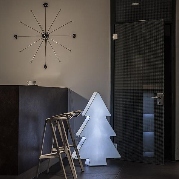 Lampa Choinka to rewelacyjne rozwiązanie na zbliżające się święta. Świetnie sprawdzi się jako dekoracja w sklepie, galerii handlowej, restauracji, firmie czy przestrzeni publicznej. Choinka tworzy niezapomniany nastrój także w domu. Można ją stosować wewnątrz pomieszczeń i na zewnątrz. Do kupienia na: LEDco.pl