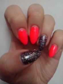 Na zdjęciu nie widać ale trzy paznokcie sa robione pionowym ombre neonowy czerwony i różowy :)
