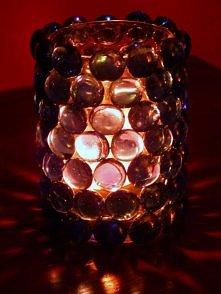 a to taki mały swiecznik ,fajny efekt w nocy ....wystarczy kilka kamyków szklanych ,maly szklany pojemniczek(ja uzylam szklanki)  ;-)