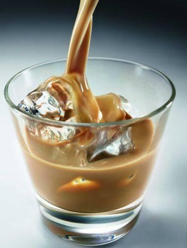 """DOMOWY BAILEYS Składniki: 1/4 lub 1/2l wodki (zalezy od Was, jak bardzo lubicie promile, osobiscie dalam 1/2l, pewnie dlatego, ze lubie pic ten likier z duza iloscia lodu) 1 puszka (397g) gotowej masy krowkowej 1/2 szklanki mleka skondensowanego nieslodzonego plus 1/2 lyzeczki kawy rozpuszczalnej Masę krówkową zmiksować mikserem z mlekiem, dodając kawę. Następnie te masę wymieszać łyżką z wódką. Przelać do butelki i wstawić do lodówki najlepiej na 2-3 dni (żeby się """"przegryzło""""). Podawać z lodem. Jeśli jest za mocne, można tez dolewać zimnego mleka."""